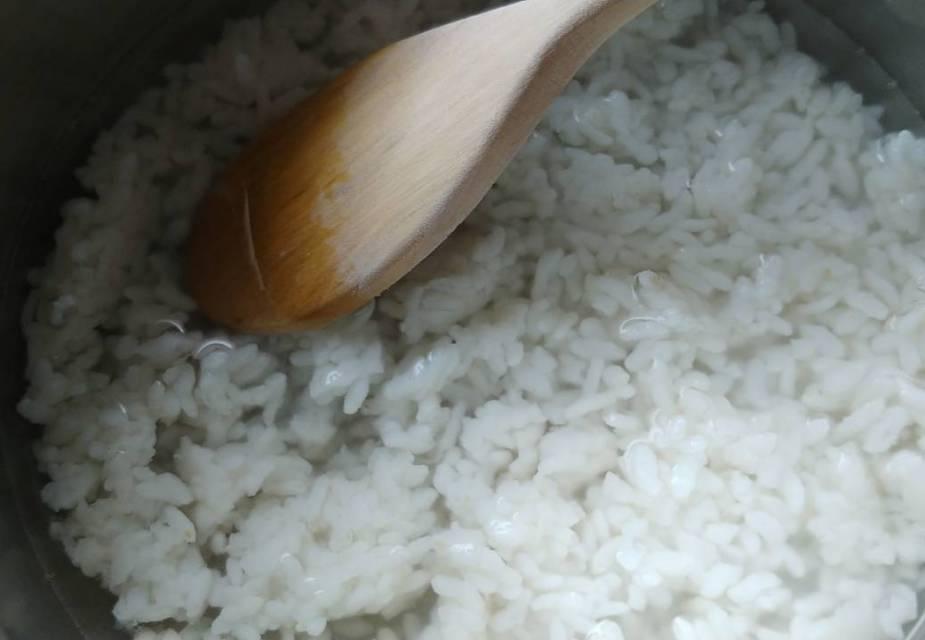 Zosui Zubereitung: gekochten Reis mit Dashi aufkochen