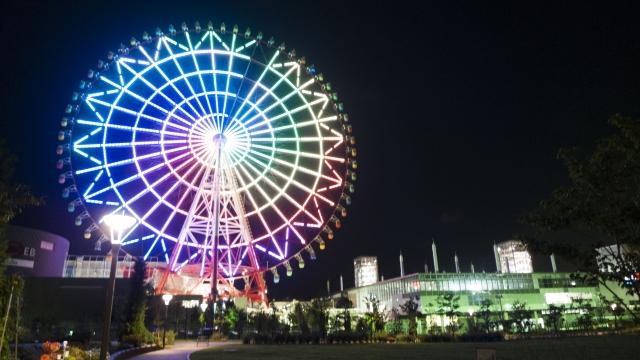 Beleuchtetes Riesenrad von Palette Town bei Nacht