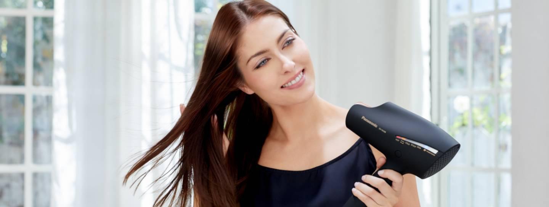 Frau mit Panasonic EH-NA98-Fön in der Hand