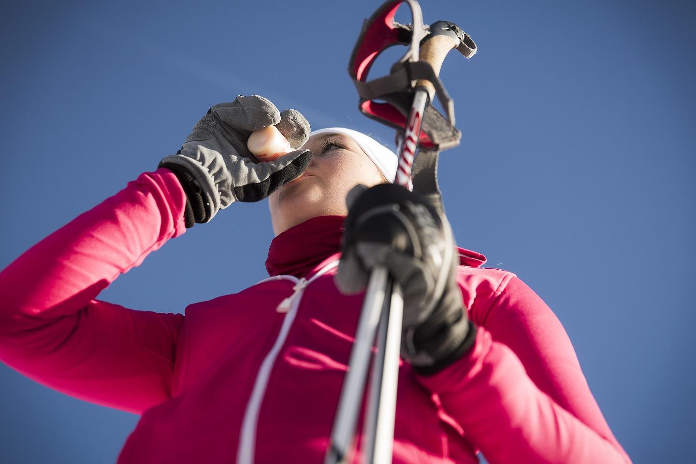 Yakult am Olympiastützpunkt Bayern: Sportlerin beim Yakult trinken