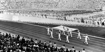 Japanische Soldaten tragen die olympische Flagge 1964