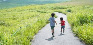 Landleben Japan: Zwei Kinder auf dem Land
