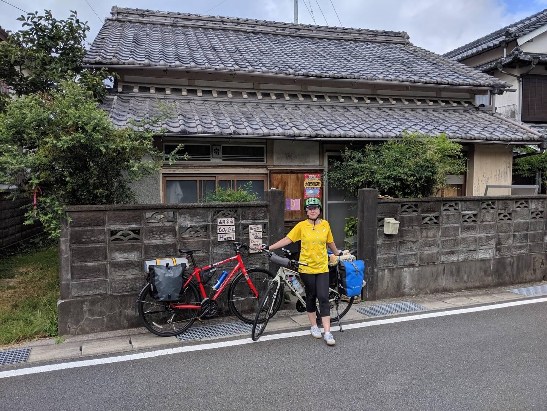 Radfahrer vor einer Pilger-Unterkunft auf Shikoku