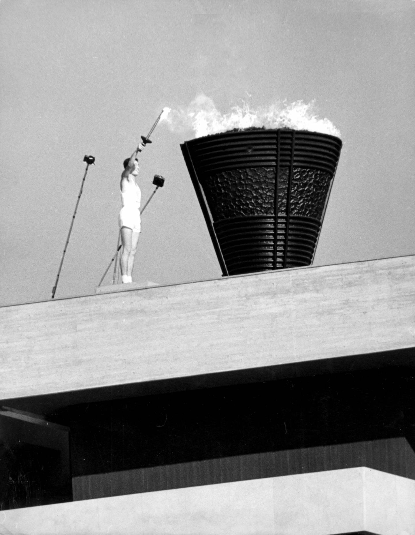 Sakai Yoshinori entzündet die Olympische Flagge