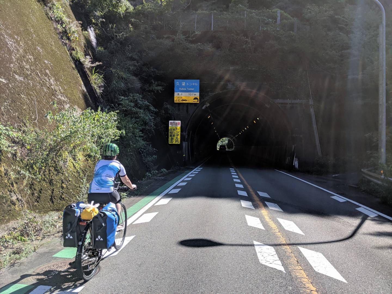 Tunneleingang mit Fahrradfahrer auf der Straße