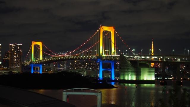 Rainbow Bridge beleuchtet bei Nacht