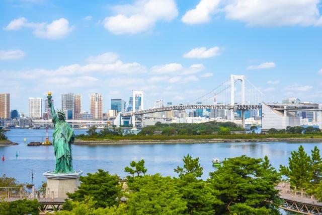 Blick auf die Odaiba Rainbow Bridge und Freiheitsstatue