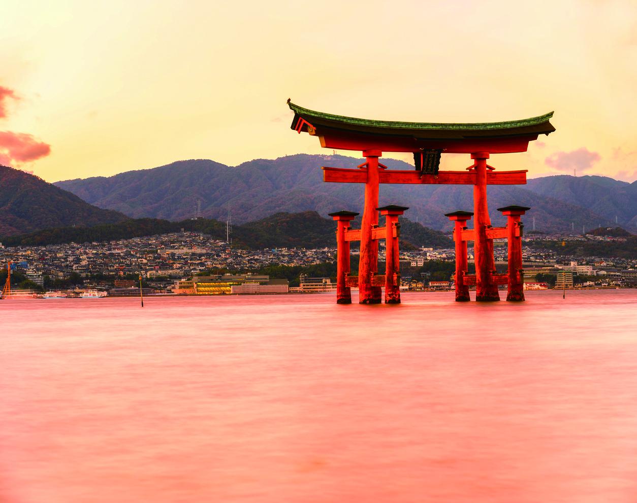 Torii vor dem Itsukushima-Schrein auf Miyajima, Hiroshima