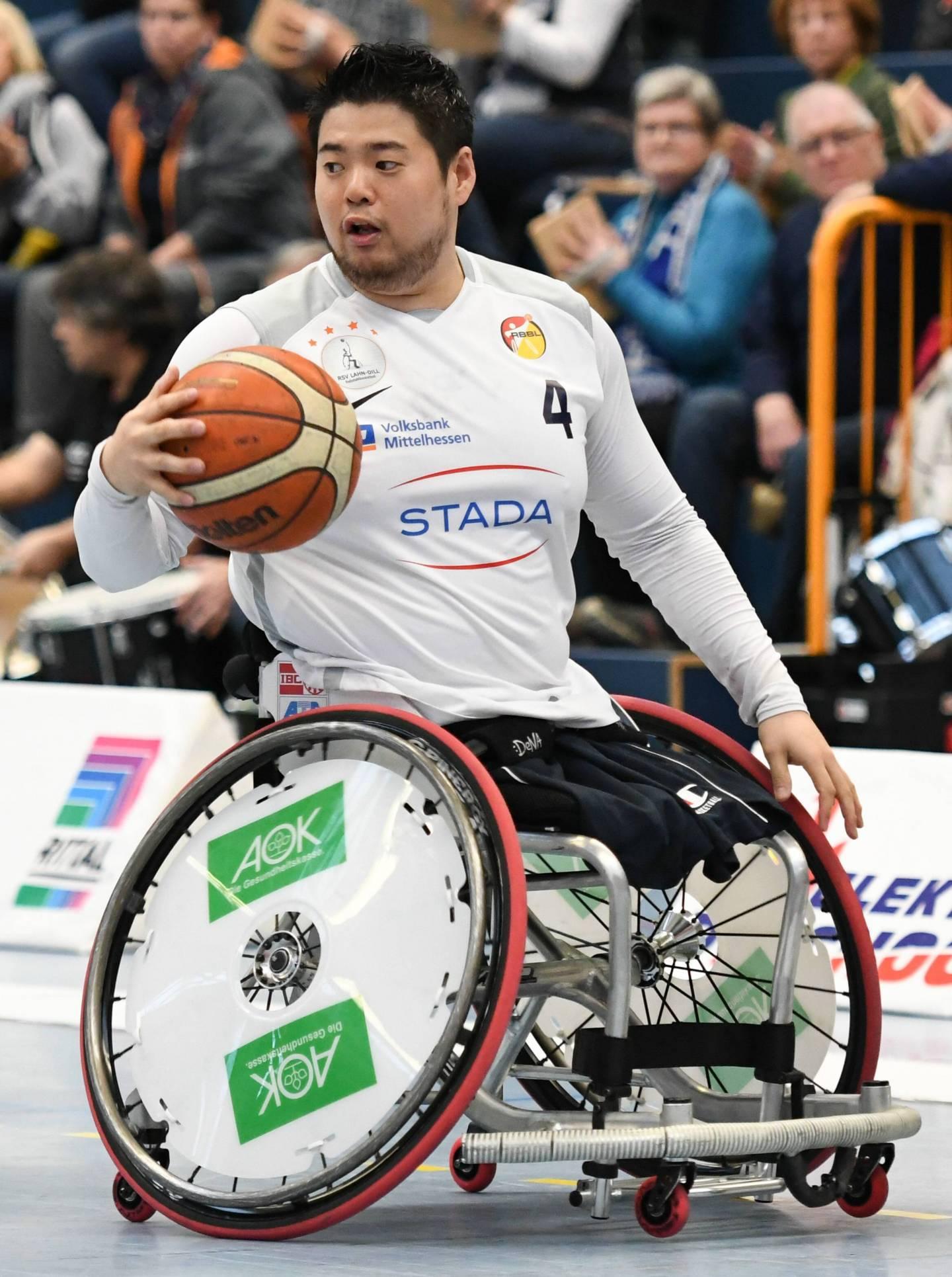 Kōzai Hiroaki während eines Rollstuhlbasketballspiels