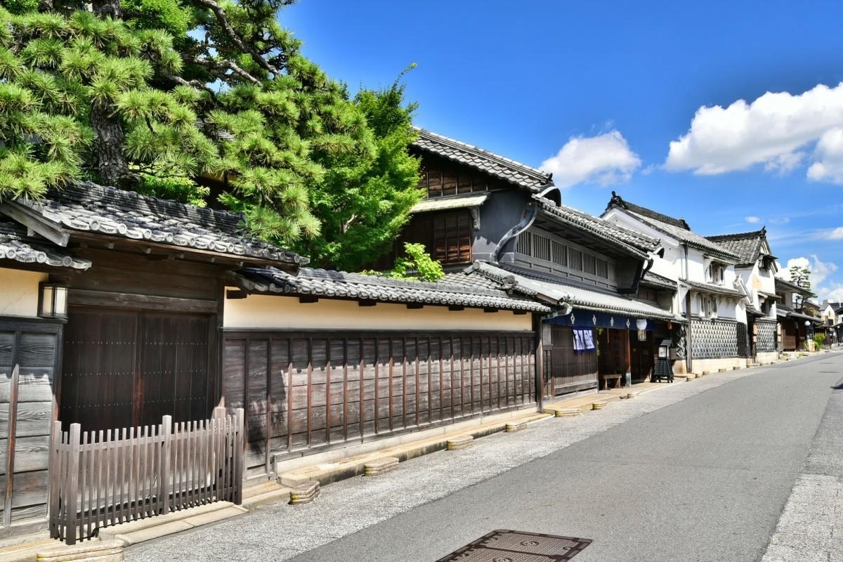 Traditionelle japanische Häuser entlang einer Straße