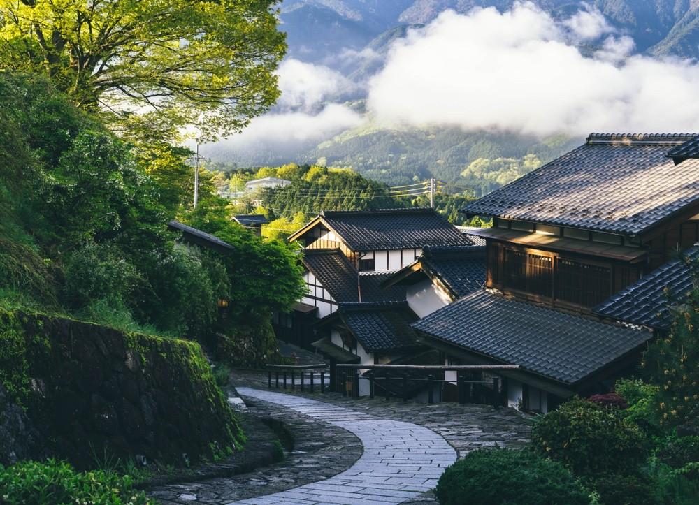 Wanderweg durch ein Dorf im Nakasendō