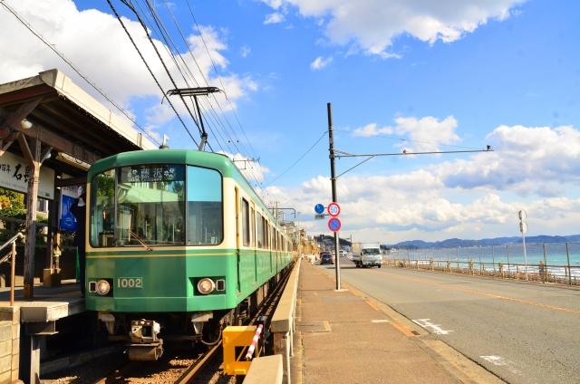 Enoshima-Dentetsu-Linie am Strand