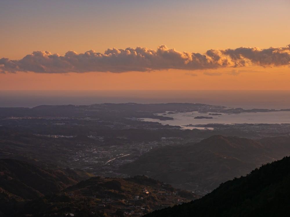 Sonnenuntergang über einer ländlichen Stadt