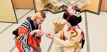 Anji Salz schenkt einer Niigata Geigi Sake ein