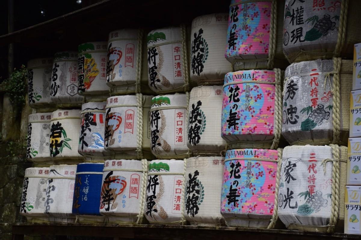Mehrere Reihen von Sake-Fässern