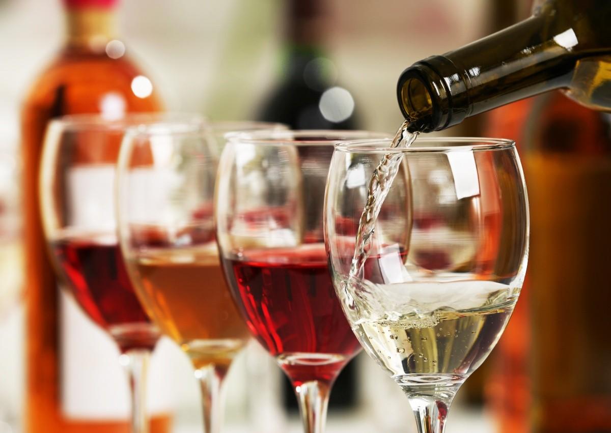 Mehrere Weingläser mit Wein