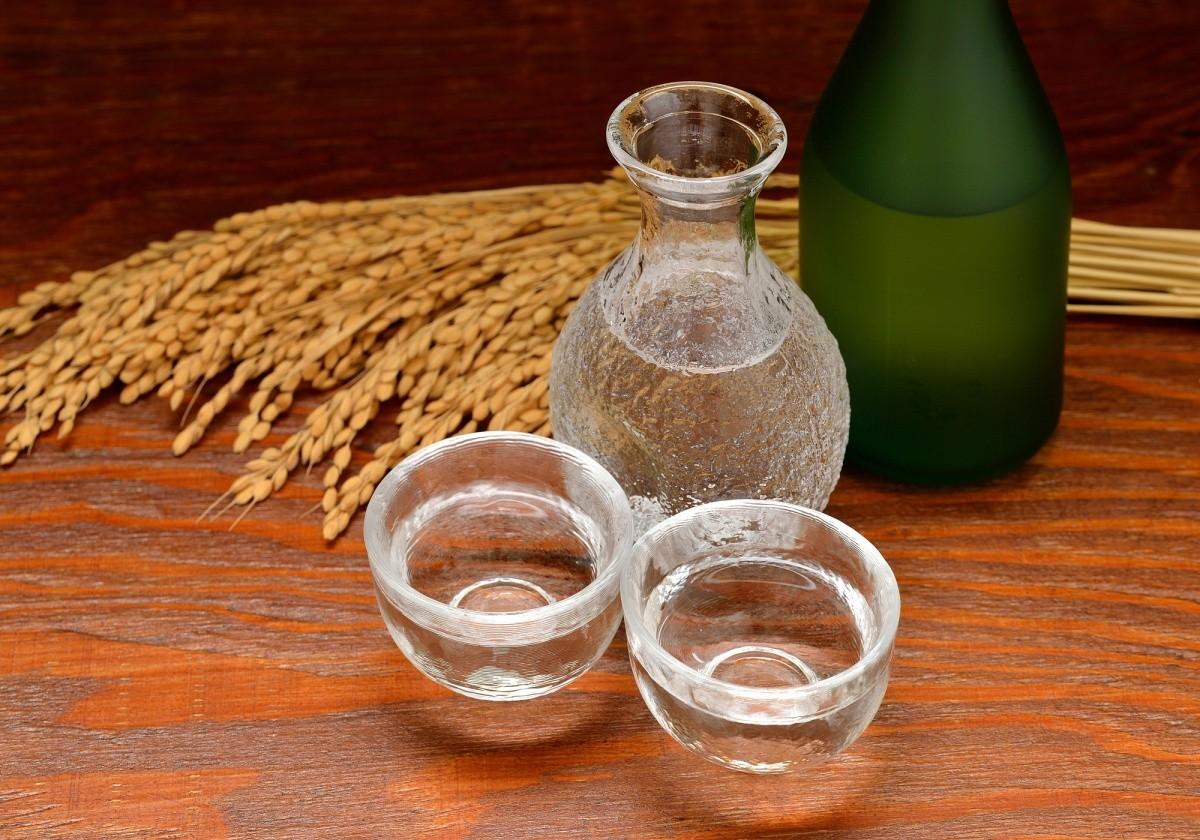 Karaffe und zwei Gläser mit Sake