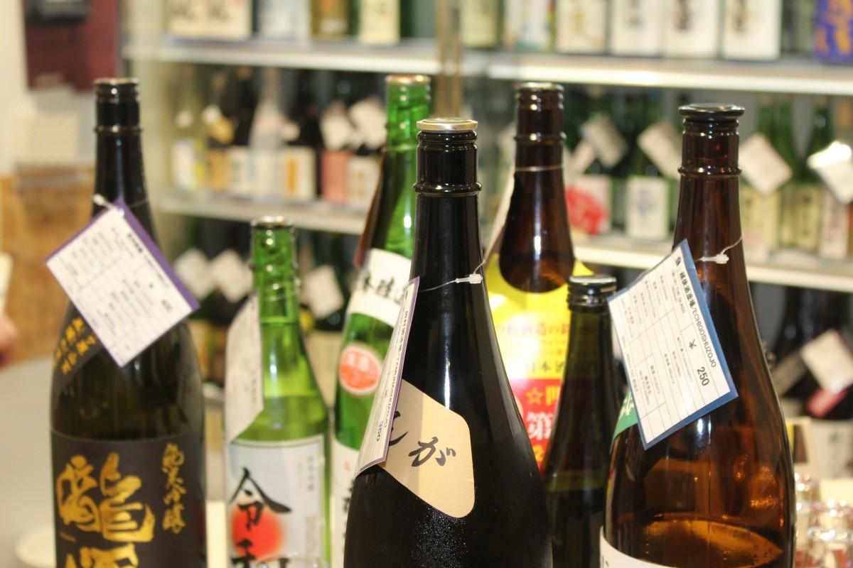 Mehrere Sake-Flaschen mit Preisschild