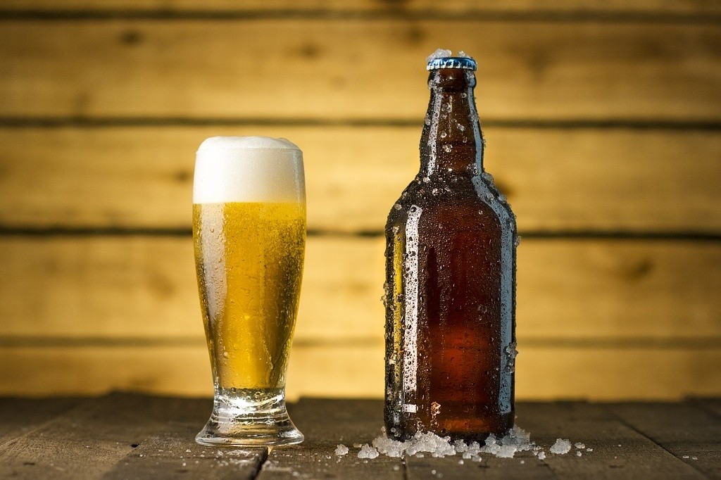 Bierflasche und gefülltes Glas mit Bier
