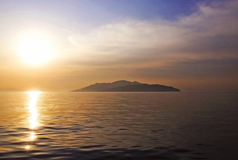 Insel im Seto-Binnenmeer bei Sonnenaufgang
