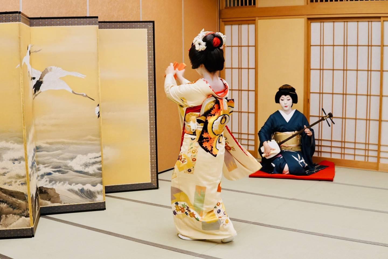 Niigata Geigi, die tanzen und Shamisen spielen