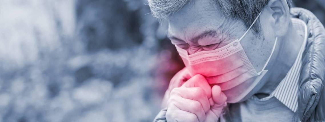 Kranker älterer Mann mit Mundschutz