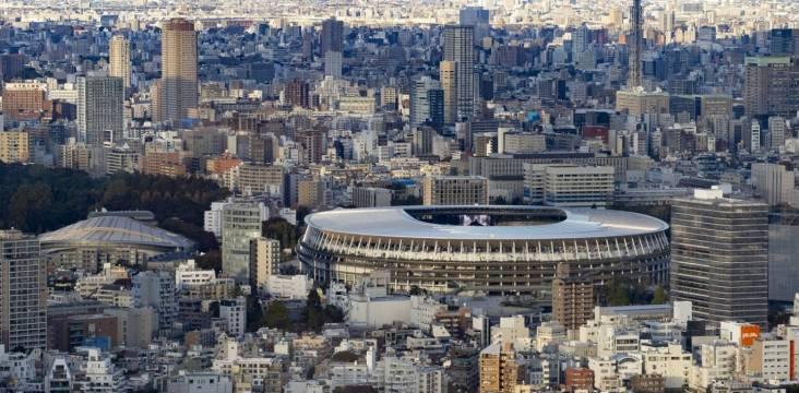 Nationalstadion in Tōkyō mit Skyline im Hintergrund