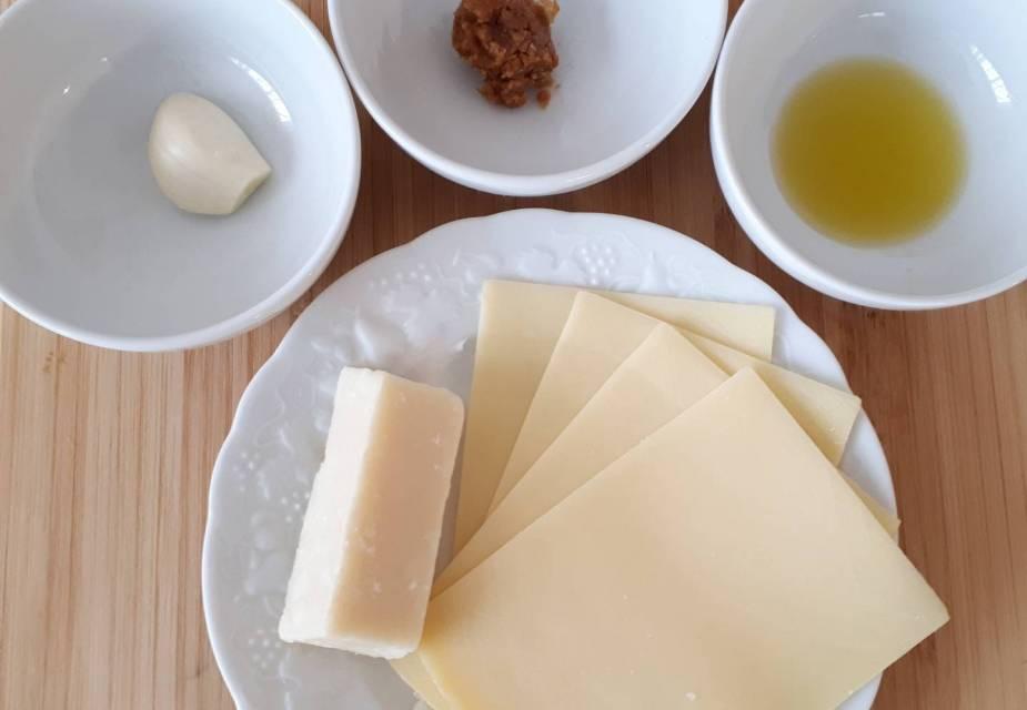 Zutaten für Käse-Miso-Toast