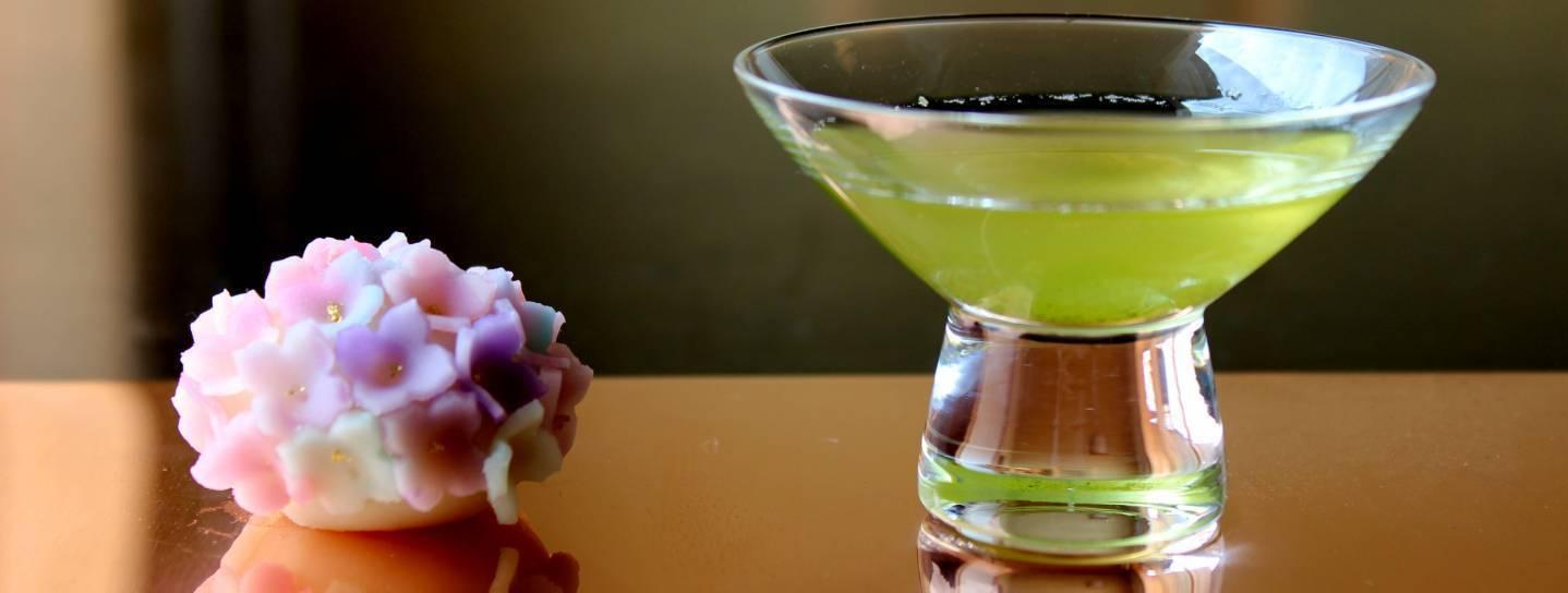 Grüner Tee mit traditioneller japanischer Süßspeise