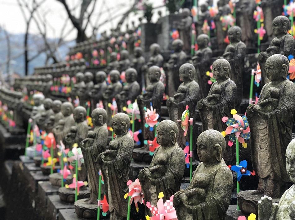 Zahlreiche kleine Buddha-Statuen auf dem Ureshino-Kurs in Ureshino