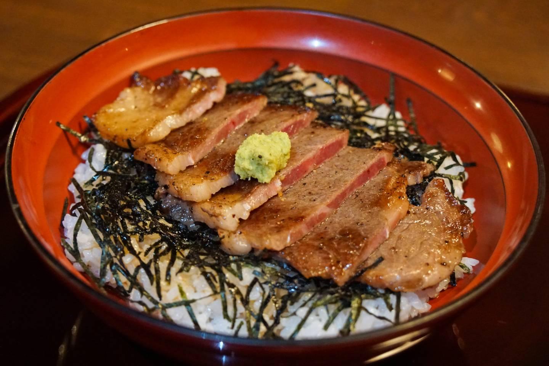 """Naganos Spezialität """"Steak auf Reis"""""""