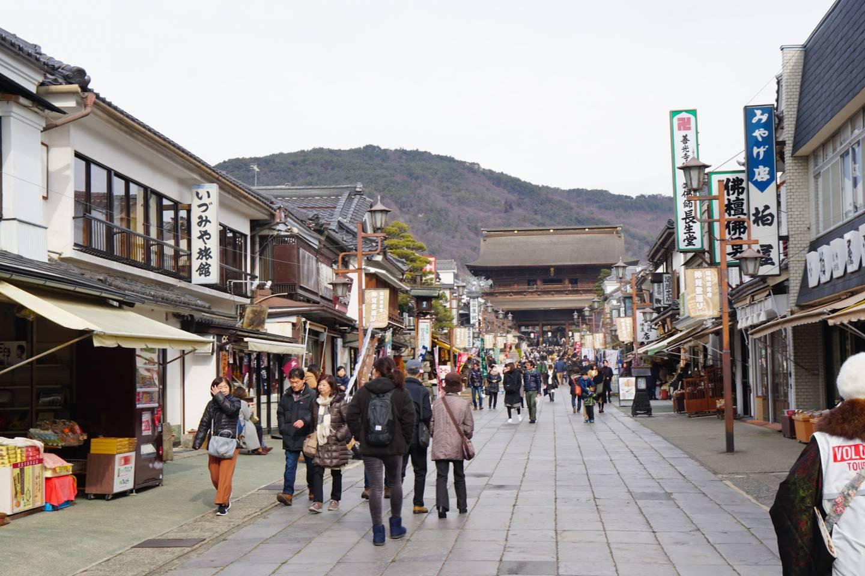Zenkōji-Tempel am Ende einer langen Einkaufsstraße