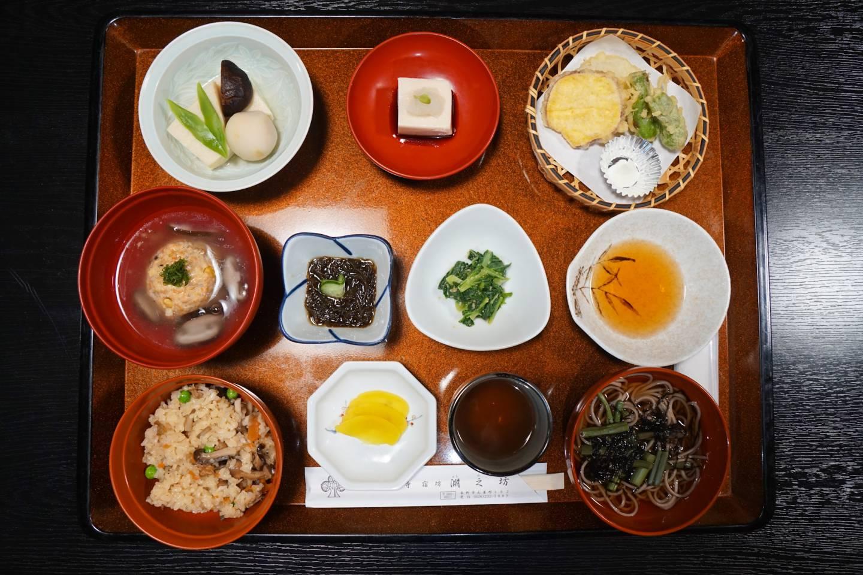 Buddhistisches Mittagessen im Restaurant Fuchinobo