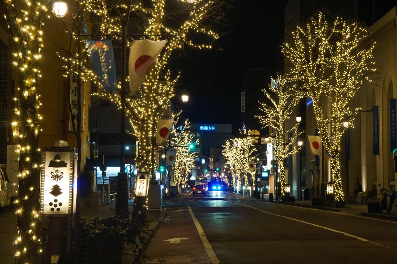 beleuchtete Staße in Matsumoto bei Nacht