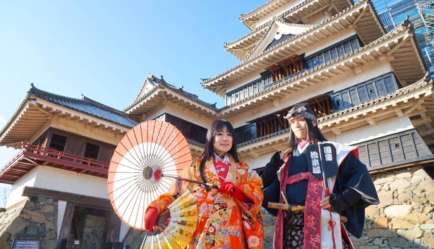 Burgherr der Burg Matsumoto und Frau im Kimono