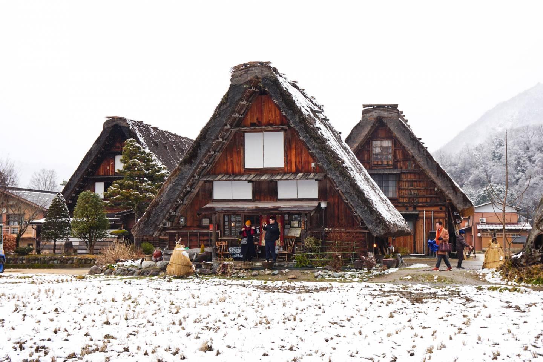 Reetdachhäuser im Dorf Shirakawago
