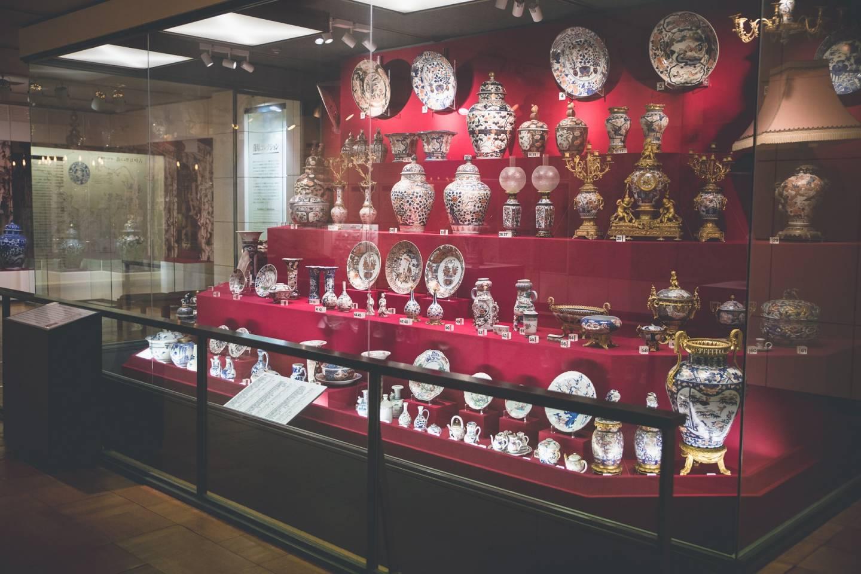 Vitrine mit alten Arita-Porzellanwaren