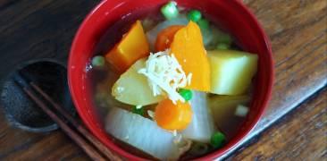 Miso-Suppe mit Ingwer und Gemüse