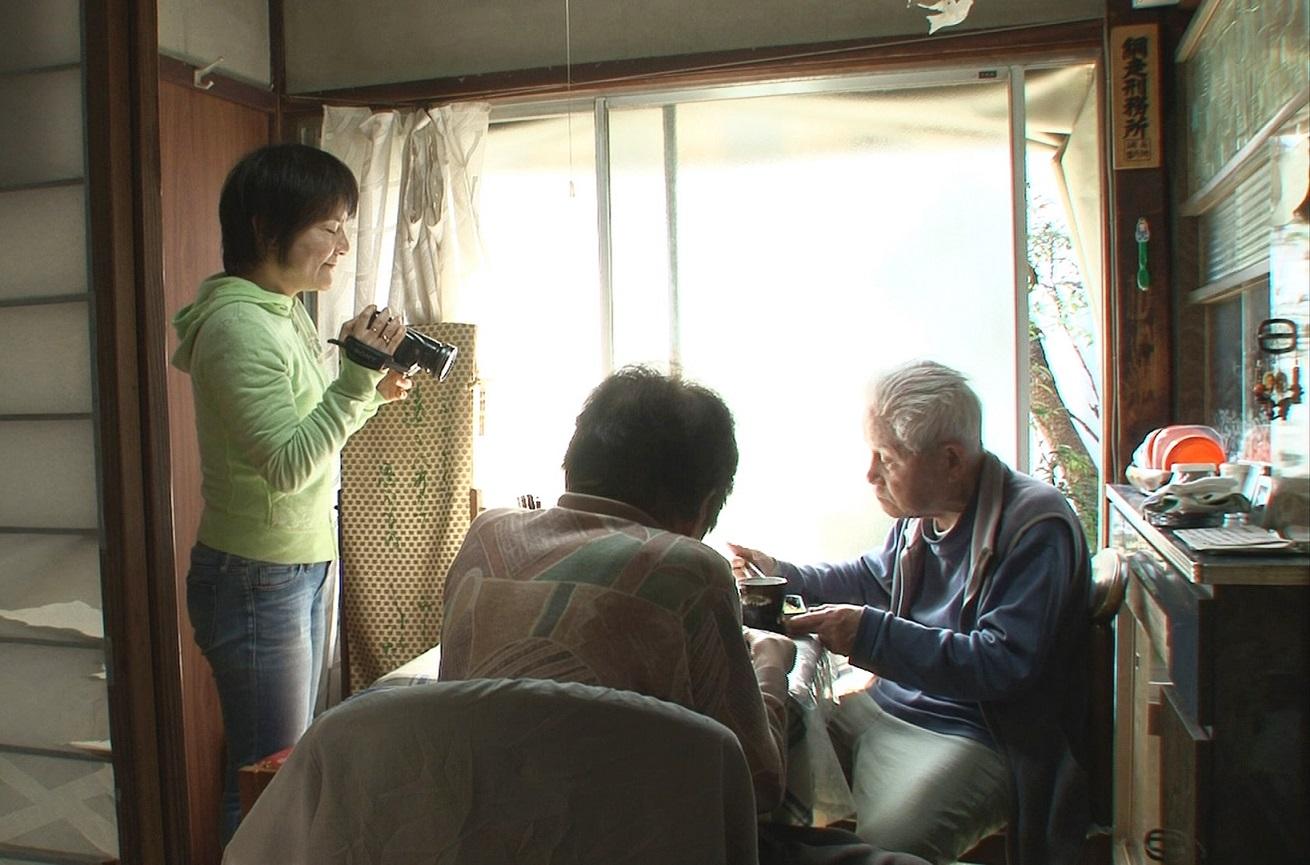 Nobutomo Naoko filmt ihre Eltern