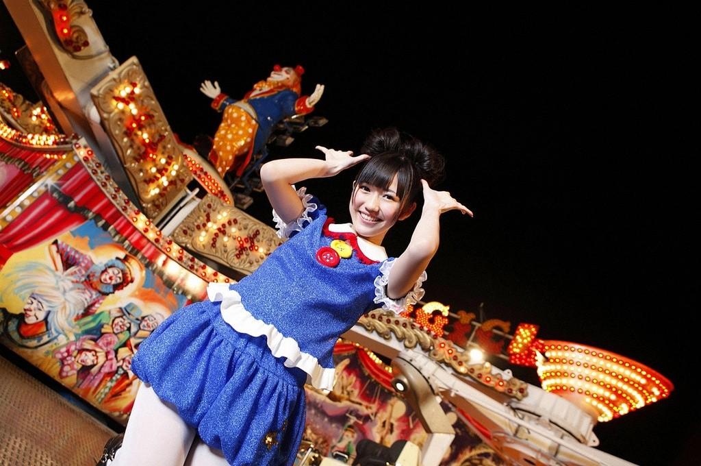Japanisches Idol vor einem Zirkus