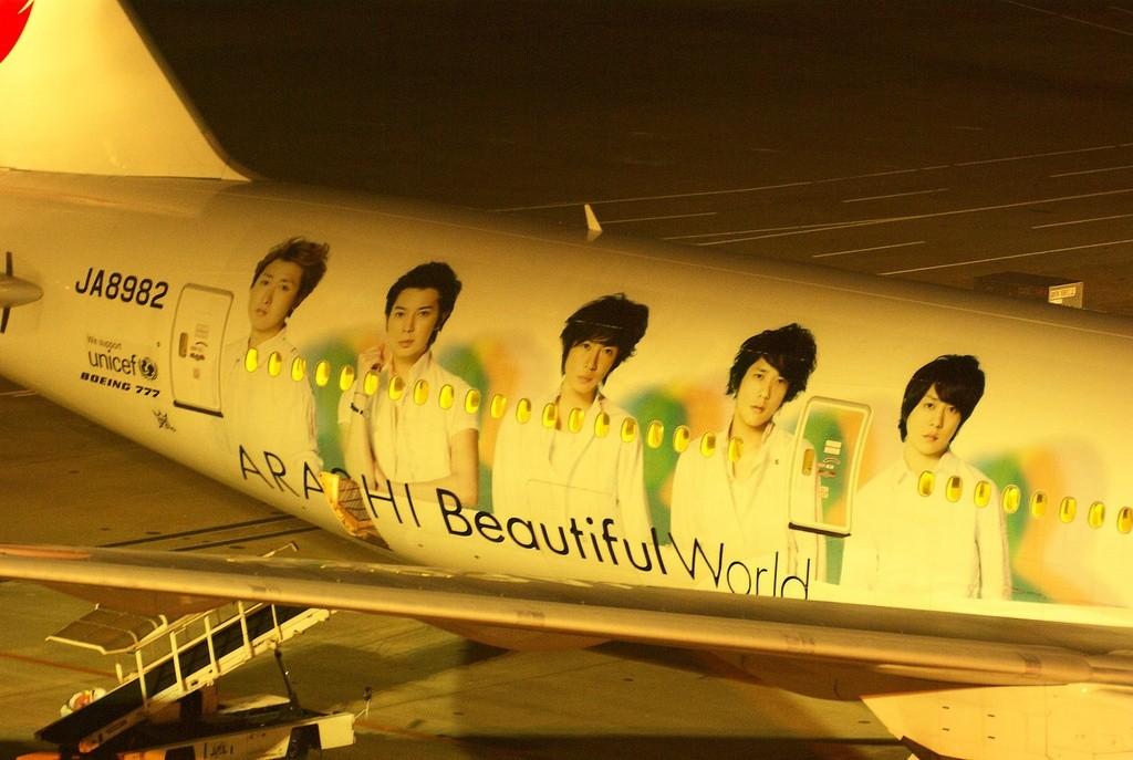 "Boy Band ""Arashi"" auf einem Flugzeug"