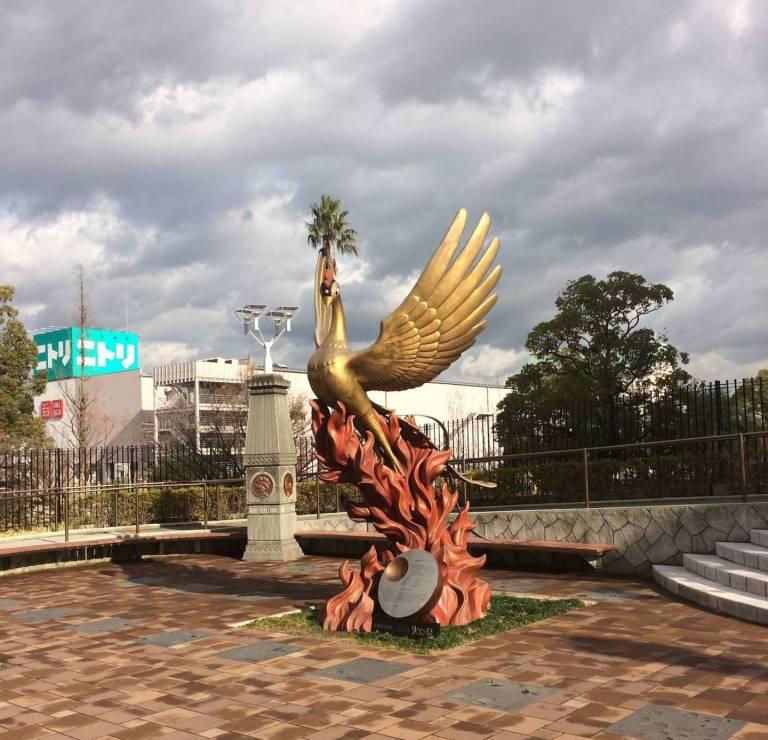 Phoenix-Skulptur vor dem Osamu Tezuka Manga Museum