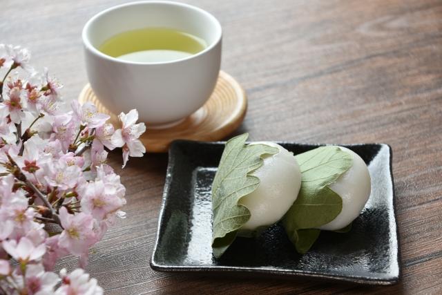 Kashiwa-Mochi mit grünem Tee