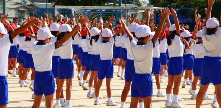 Schulkinder bei der Radiogymnastik