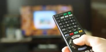 Fernseher mit Fernbedienung und Netflix