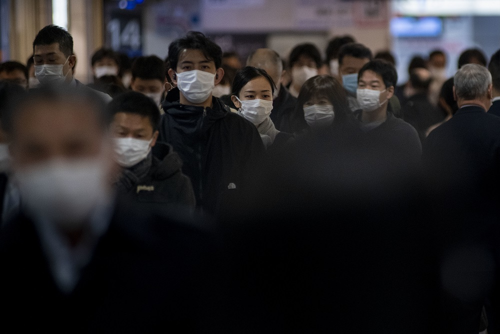 Masken tragende Menschen in Japan
