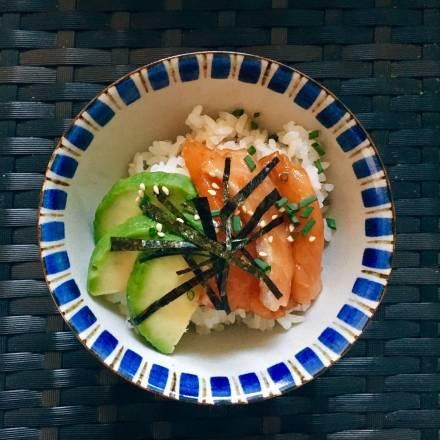 Donburi mit mariniertem Lachs und Avocado