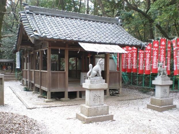 Fuchsstatuen vor einem Inari-Schrein