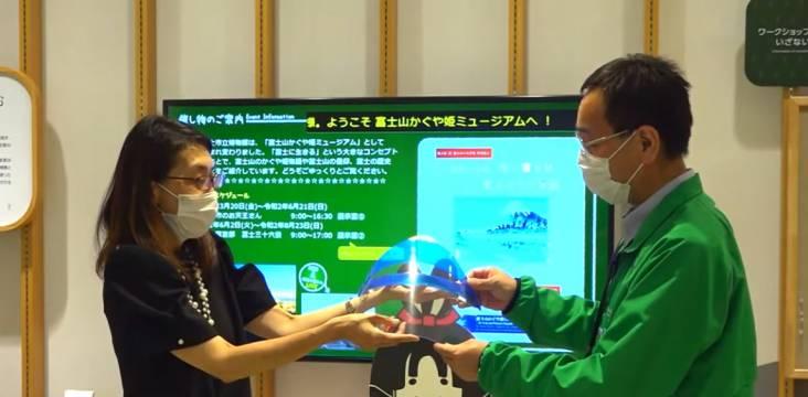 Matsuo Keiko übergibt ihre Fuji-Schutzvisiere an das Mt. Fuji and Princess Kaguya Museum in Fuji