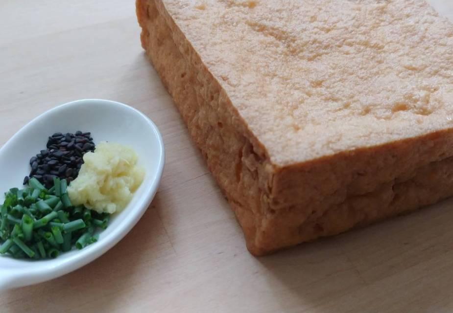 Zutaten für frittierten Tofu in Sauce: Atsuage und Toppings